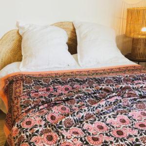 jeté de lit à motif à fleurs roses